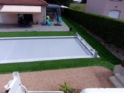 Pose de gazon synthétique aux abords d'une piscine